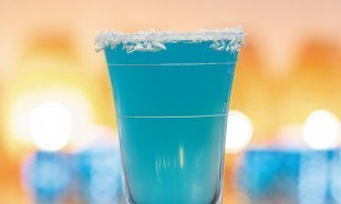 Blue Hawaiian Shot in Pop-up-Shot-Bar des Morosani Hotels