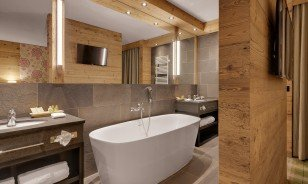 "Suite with bathtub at the Morosani ""Schweizerhof"" in Davos"